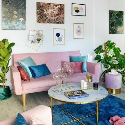 Modny salon z kolorowymi dodatkami