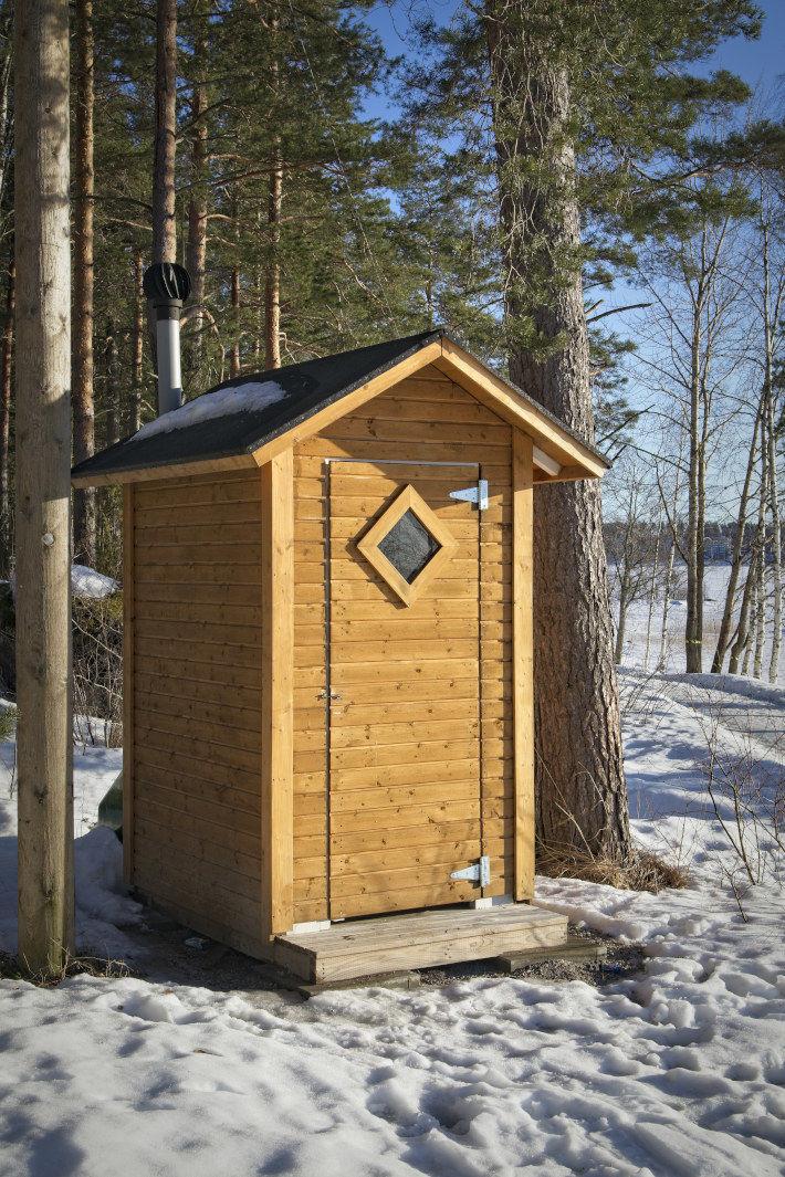 Drewniane wc na działce rekreacyjnej