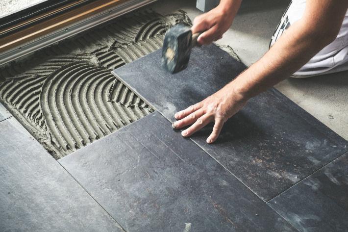 Układanie podłogowych płytek ceramicznych