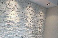 Układanie płytek gipsowych na ścianie