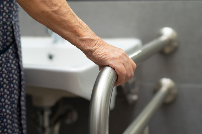 podparcie, uchwyt dla seniora w łazience