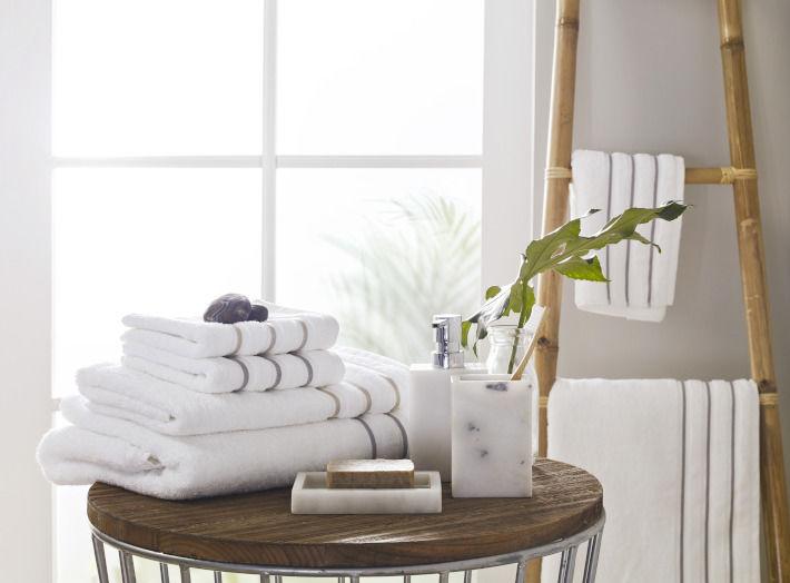 Białe ręczniki w łazience w stylu SPA