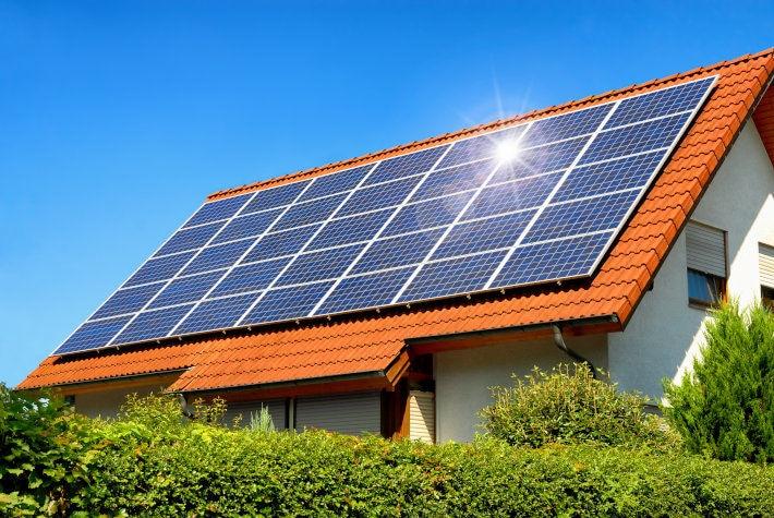 Zestaw paneli fotowoltaicznych na dachu domu jednorodzinnego
