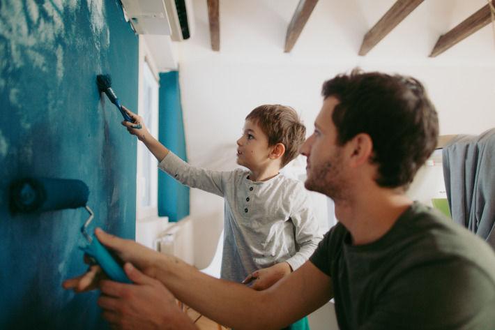 Ojciec z synem malują pokój dziecięcy