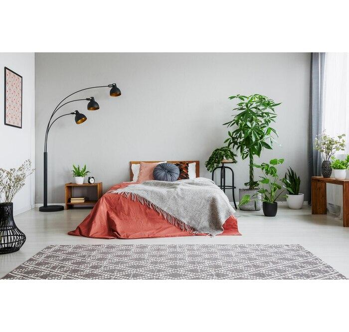 Oryginalna lampa podłogowa w sypialni