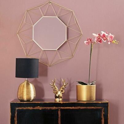 Złote i różowe dekoracje salonu