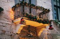 Jak efektownie ozdobić balkon na święta?