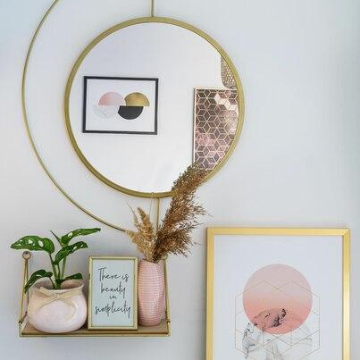 Różowe dodatki, złote lustro i ramka