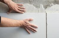Układanie płytek ceramicznych ściennych