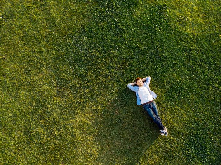 Mężczyzna leżący na trawniku
