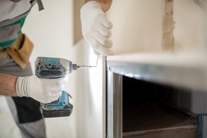 Przykręcanie płyty karton gipsowej do ściany wkrętarką