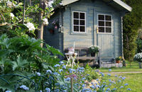 Domek ogrodowy. Zbudować od podstaw czy kupić gotowy?