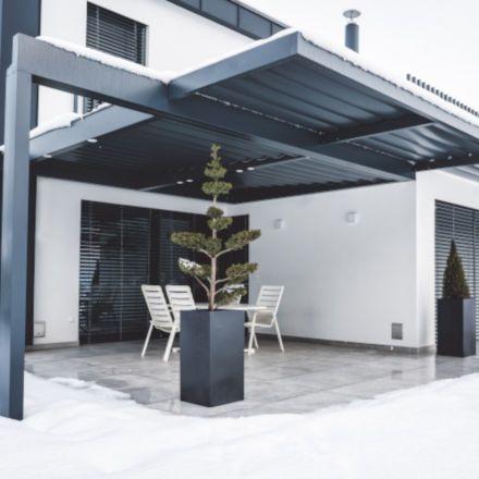Płytki zewnętrzne: jak dbać o taras i balkon zimą?